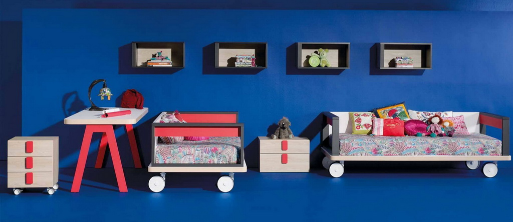blue childrens bedroom ideas,single beds on wheels,blue and red bedroom decorating ideas,trending kids room decor,red and white work desk,
