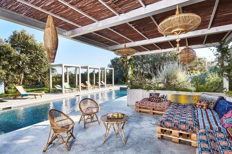 eclectic pool lounge for a villa,wood and concrete outdoor design,wooden pallet outdoor furniture,colorful cushions for outdoor furniture,create a pool lounge with wooden pallets,