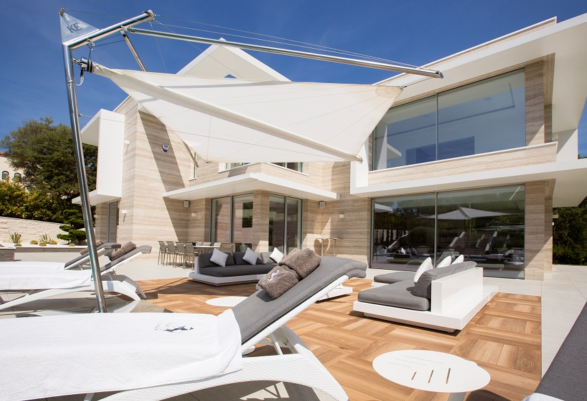outdoor living room,outdoor living room ideas,outdoor sofa,outdoor furniture ideas,sun loungers,parasol,parasol design,poolside,pool lounge,swimming pool,landscape design,KE Shading Systems,luxury homes,luxury homes france,french riviera luxury homes,french riviera luxury villas,french riviera villas,the french riviera,cap d'antibes,