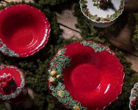 red and green table plates,natural table centerpiece ideas,how designers decorate for holidays,green and red table setting,design ideas for dining room table,