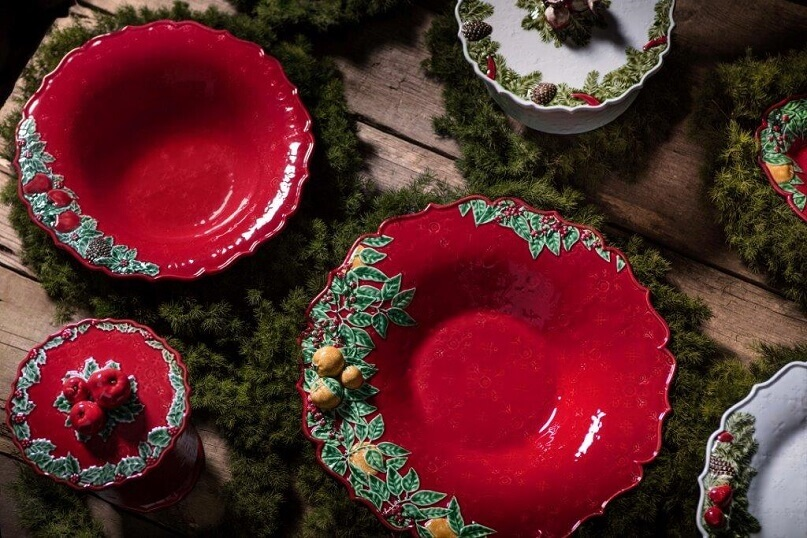 green and red table setting,design ideas for dining room table,red and green table plates,natural table centerpiece ideas,how designers decorate for holidays,