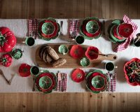 table decor ideas for dinner,table plates inspired by vegetables,natural and traditional table setting ideas,red and green dinner plates,creative holiday table settings,