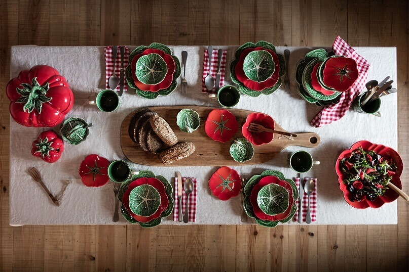 red and green dinner plates,creative holiday table settings,table decor ideas for dinner,table plates inspired by vegetables,natural and traditional table setting ideas,