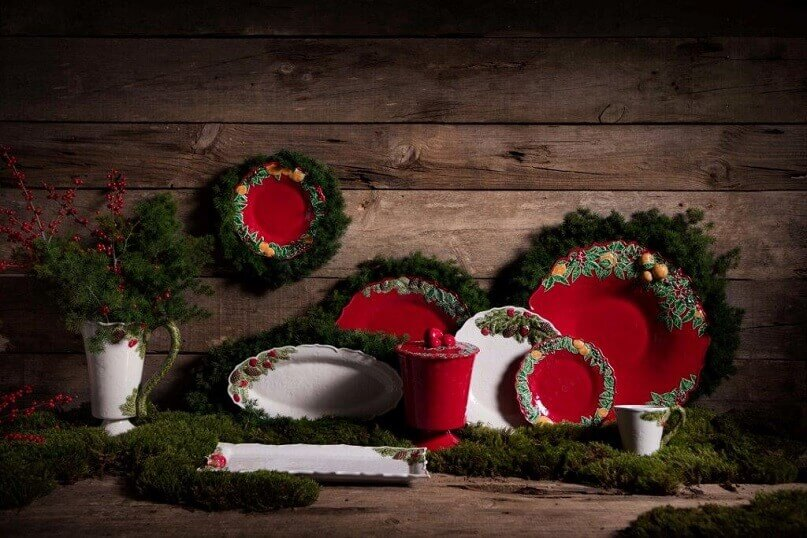 green and red table setting,design ideas for dining room table,red and green holiday decorations,natural dining room ideas,traditional dining room holiday ideas,