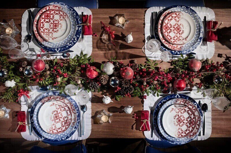 red blue table plates,red decor in dining room,festive holiday table settings,design ideas for Christmas table,red white interior decorating,