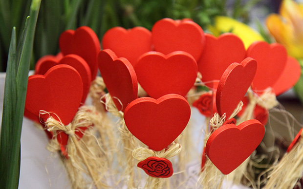 red wooden heart decorations,heart shaped table decorations,romantic table setting at home,roses and hearts images,red color decorating ideas,