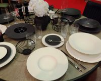 black white dinner plates,black and white table decorations ideas,modern table setting images,restaurant table setting ideas,restaurant tableware trends 2019,