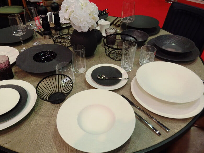 restaurant table setting ideas,white black table settings,opremanje stola za hotele,neutral tones tableware black white set,hotel decor ideas,