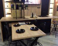 drvona kuhinje,moderne kuhinje od drveta,wooden contemporary kitchen design,wood kitchen island dining table,lit shelves in kitchen instead of cabinets,